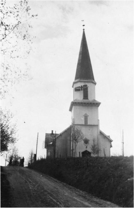 Dagens kirke. Bildet er tatt frigjøringsdagen 8. mai 1945 av Petter Skjønhaug